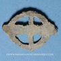 Coins Rouelle celte en plomb à quatre rayons. 13,31 x 17,62 mm