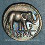 Monnaies Jules César (100-44 av. J-C). Denier à l'éléphant, Italie, 49 av. J-C. R/: simpule, aspersoir, ...
